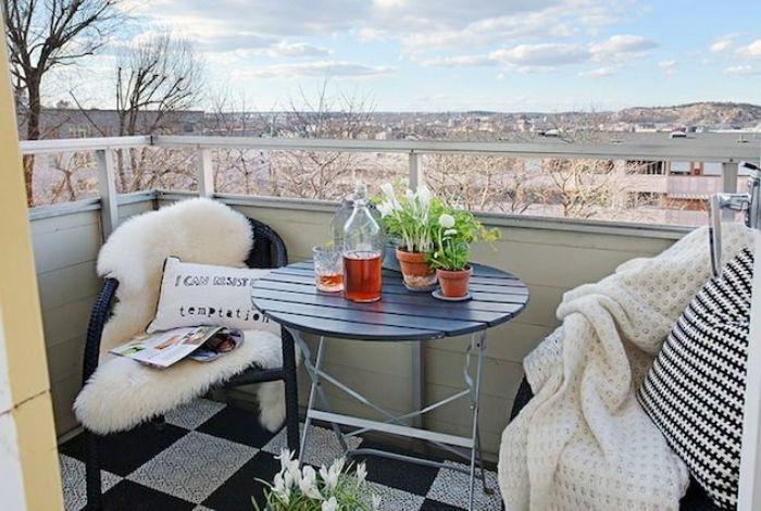 obi terrassenplaner, terrassengestaltung idee weiße stuhlabdeckung, runder tisch, deko