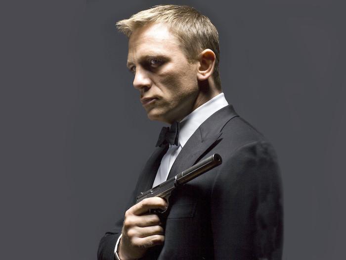 der schauspieler daniel craig mit einer schwarzen pistole, ein mann mit einer schwarzen fliege und einem weißen hemd, james bond