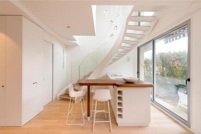 minimalistisch wohnen, weiß und beige dekor und einrichtung, ein barplott mit weißen stühlen