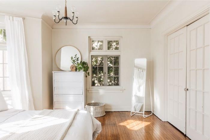 minimalistisch leben, schlafzimmer design und dekor, weißes doppelbett, parkettboden, spiegel
