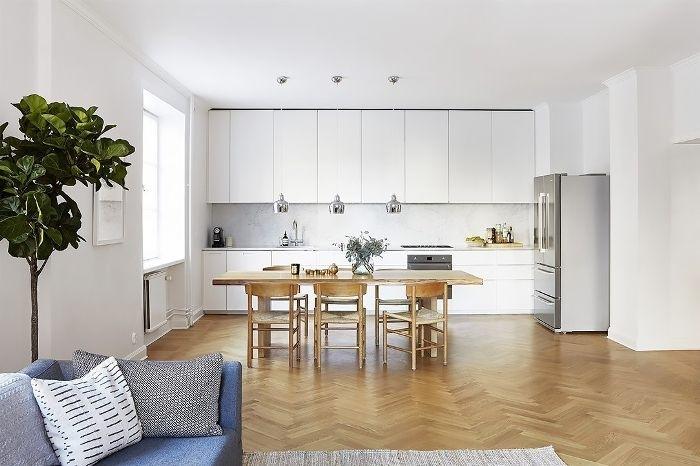 weniger ist mehr, weiße küche, beige möbel, grüne pflanze, graue möbel, sofa