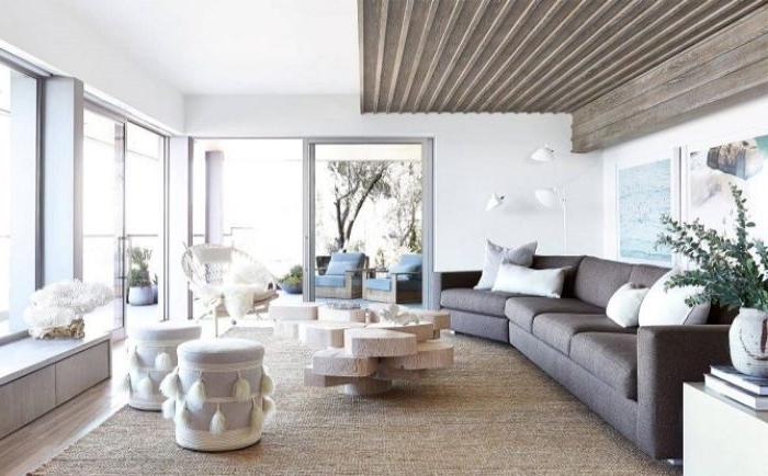 minimalismus lebensstil, hocker weiß mit deko pompons daran, kreative raumdeko für das wohnzimmer