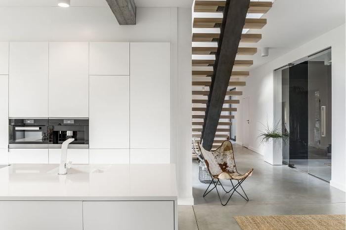 minimalismus tipps, treppe oder leiter zum nächsten stpck, ein sessel mit leder abdeckung