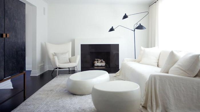 minimalismus tipps, schwarz und weiß dekorationen und ideen, hocker, kamin, sofa