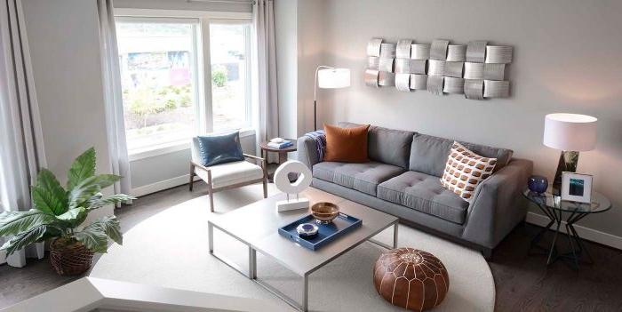 minimalismus tipps, graues doppelsofa miit braunen kissen und ein orientalischer sitzkissen auf dem boden