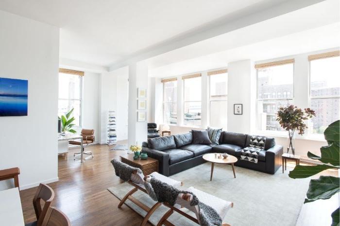 minimalistisch leben erfahrungen, einrichtung minimalismus in einem großen raum, schwarzes sofa
