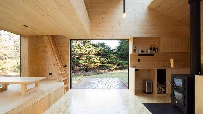 minimalistische bilder, holzhaus interieur ideen, kamin, fenster, dekorationen