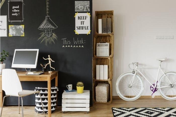 minimalistische einrichtung, ein fahrrad in der wohnung, wohndesign idee, schwrze tafel an der wand