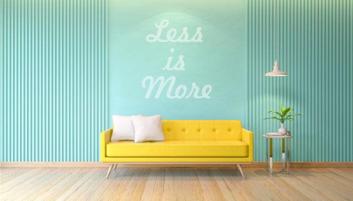minimalismus interieur ideen zum entlehnen, blaue wand mit gelbem sofa, less is more, wandaufschrift