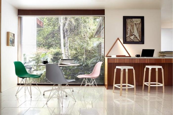 minimalistische einrichtung, akzent auf stühle, stuhl ideen, ein großes fenster