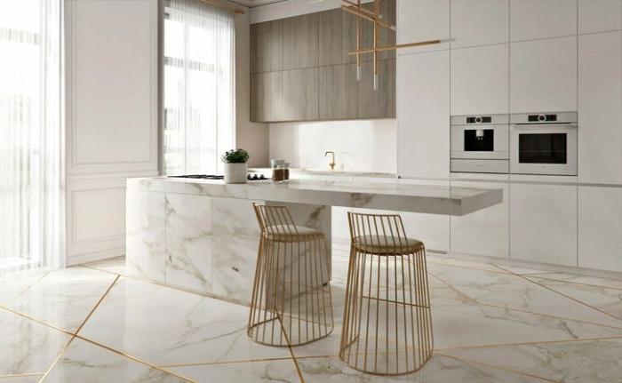 minimalistische möbel, goldene edelstahl deko stühle, marmor barplott, küche