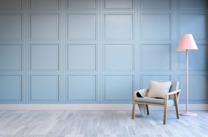 minimalistisch einrichten, blaue wand, sessel aus holz in grau gestalten, eine stehlampe, deko ideen