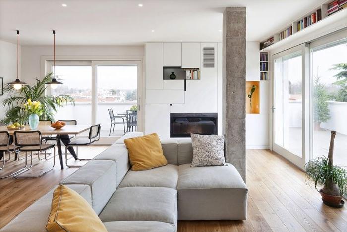 minimalistisch einrichten, graues ecksofa mit gelben kissen, wohnküche, esstisch, palme