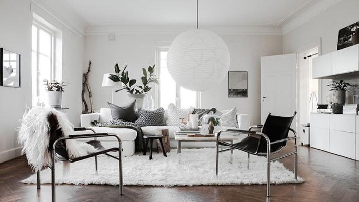 minimalistisch einrichten, schwarz weißes dekor, einrichtungsideen, schwarze sessel, kugelförmige lampe