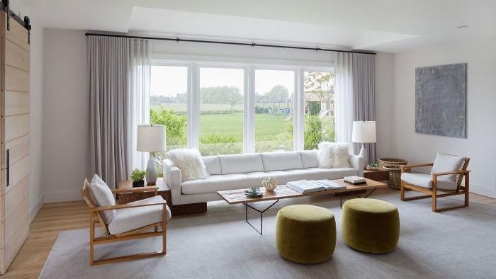 minimalistisch einrichten, großer raum, wenige möbel, zwei gleiche hocker in grasgrün