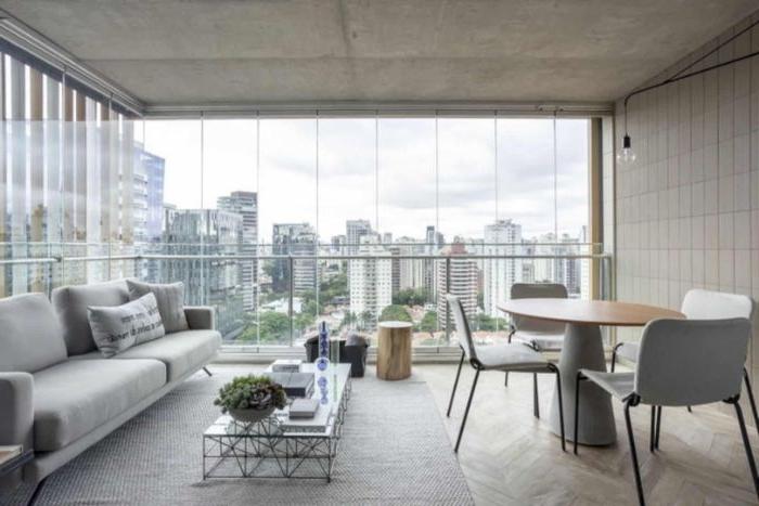 minimalistisch leben erfahrungen, graues zimmerdesign, runder tisch mit vier stühlen, sofa