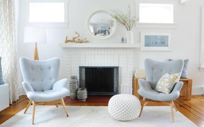 minimalistisch leben erfahrungen, zwei blaue sessel, spiegel, bodenkissen, sitzkissen weiß