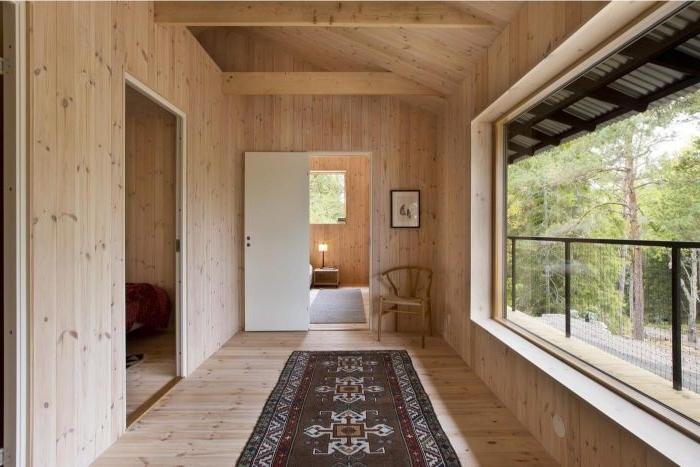 minimalistisch leben erfahrungen, holzhaus, hölzerne gestaltung, ein orientalischer teppich