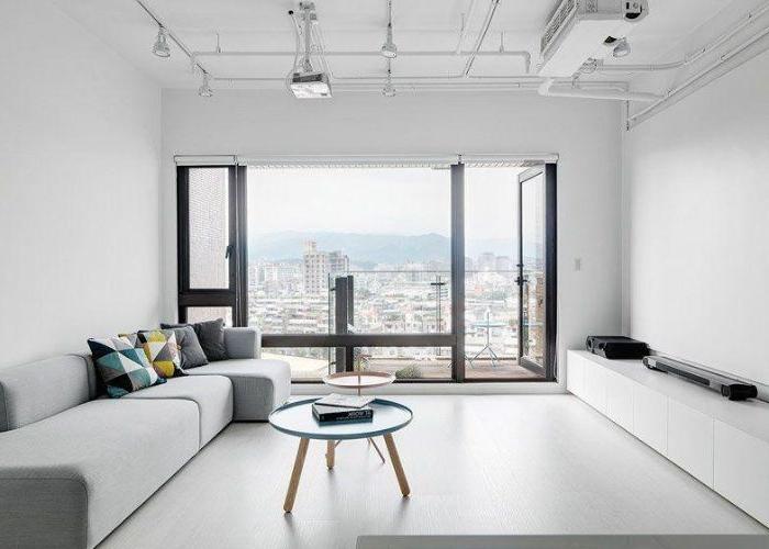 minimalistisch leben erfahrungen, graue wohnung mit riesengroßem fenster, runder tisch