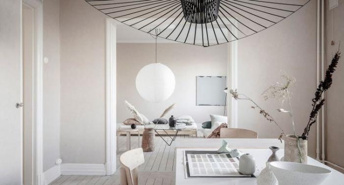 minimalistisch wohnen vorher nachher, kreative zimmerdeko in einem weißen raum, schwarze deko
