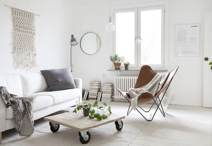 minimalistisch wohnen vorher nachher, weißes zimmer, quadratischer tisch beweglich, sessel braun, sofa mit kissen
