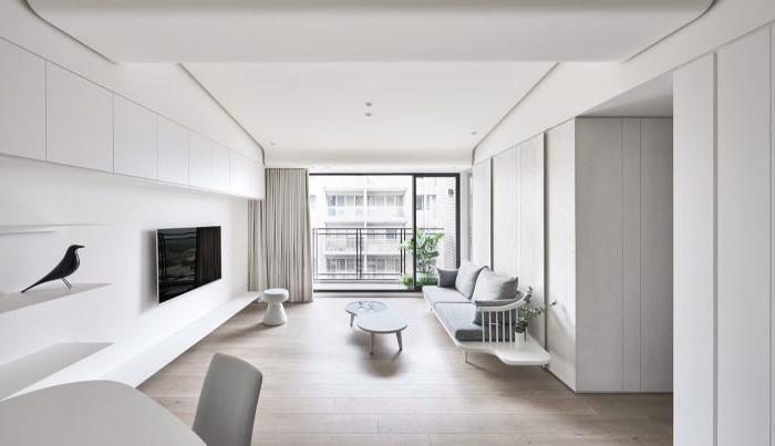 minimalistische bilder, weiß und hellgrau zimmer gestalten, ein fernseher, kaffeetisch