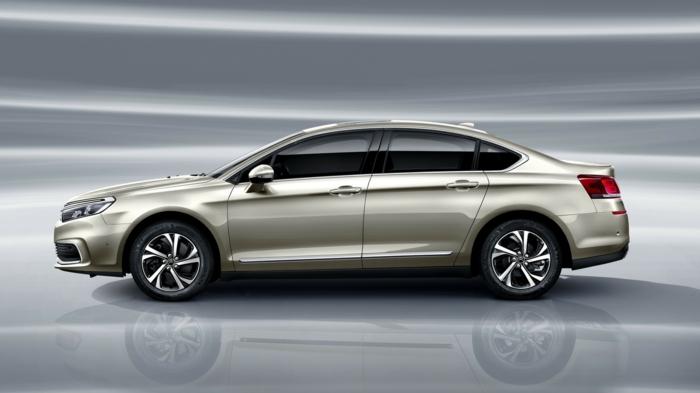 ein silbernes Auto von dem Modell C5, aus Citroen wird Zitrön, eine lustige Werbekampagne