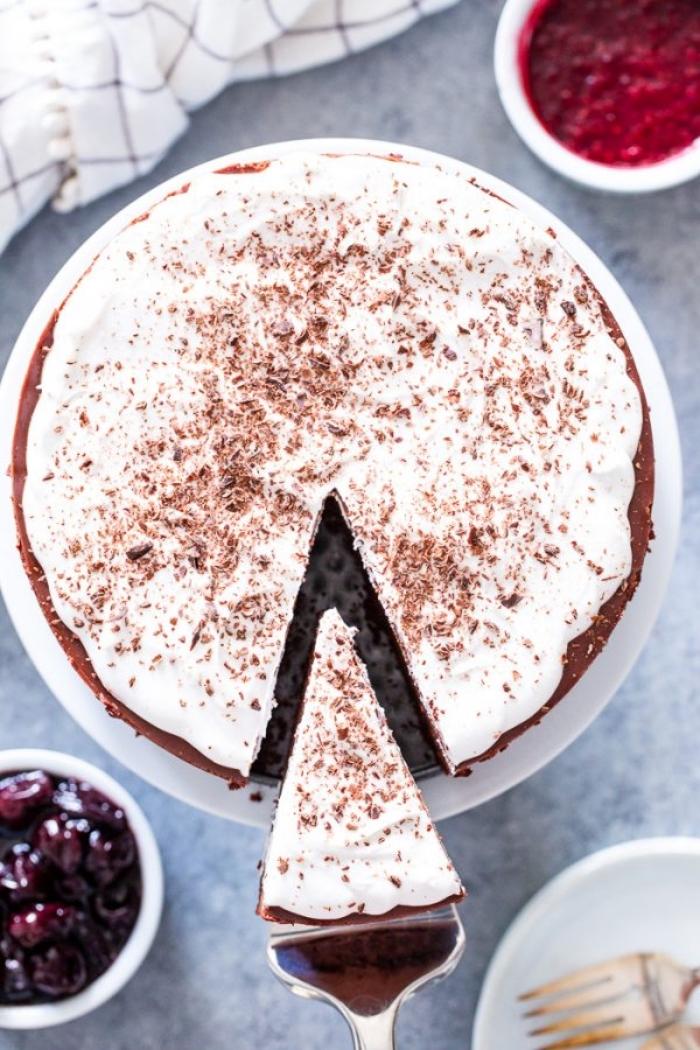 no bake kuchen mit kirschen garniert mit vanillesahne und geriebener schokolade, nachtisch rezept