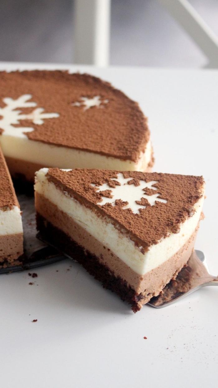 no bake kuchen, tripple schokoalde torte dekoriert mit kakao, frishckäsekuchen rezept