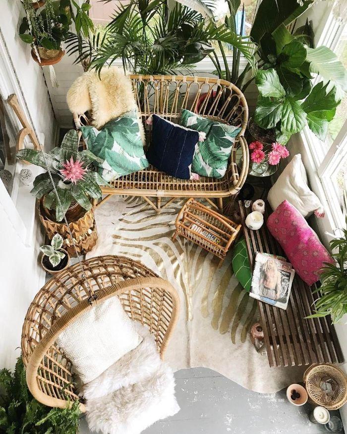 balkon verschönern, bild von oben, ein hängesessel, rattan möbel für terrasse, grün und rosa pflanzen und deko