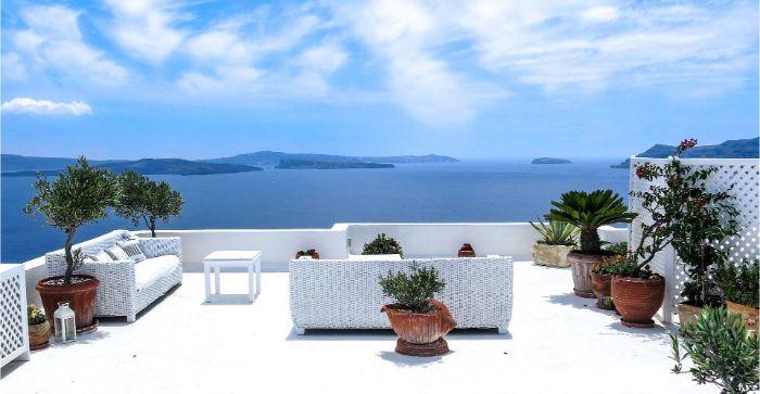 balkon verschönern, eine weiße terrasse in griechischem stil, blaues wasser, ausblick ideen