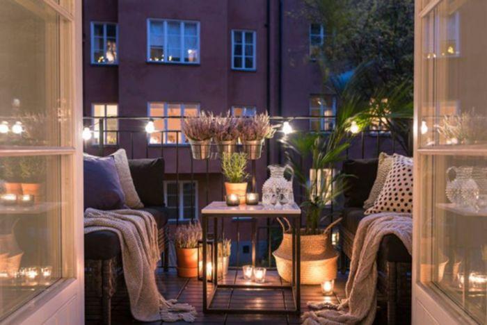 balkon verschönern, bunte romantische deko, leuchte und kerzen, dezente deko ideen