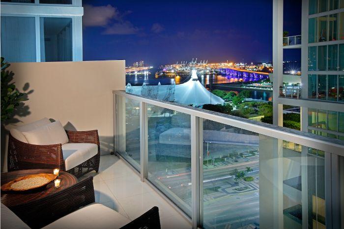 möbel für kleinen balkon, weiß und braun, meeresambiente auf dem balkon, blaue umgebung
