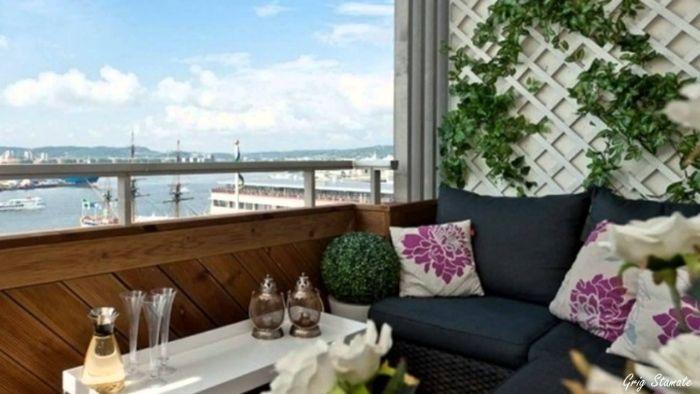 möbel für kleinen balkon, weiße deko, dunkelgraues sofa, weiß und lila kissen als dekorationen