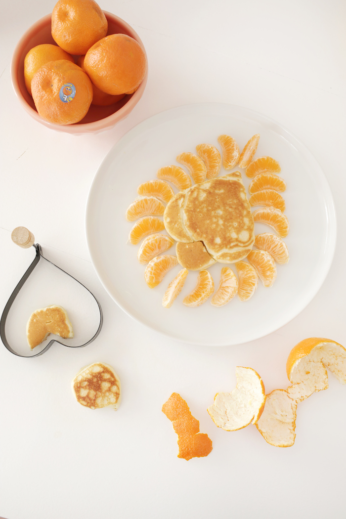 Pfannkuchen für Kinder, Löwe aus Pfannkuchen mit Mandarinen für Mähne, Frühstück Idee für Kinder