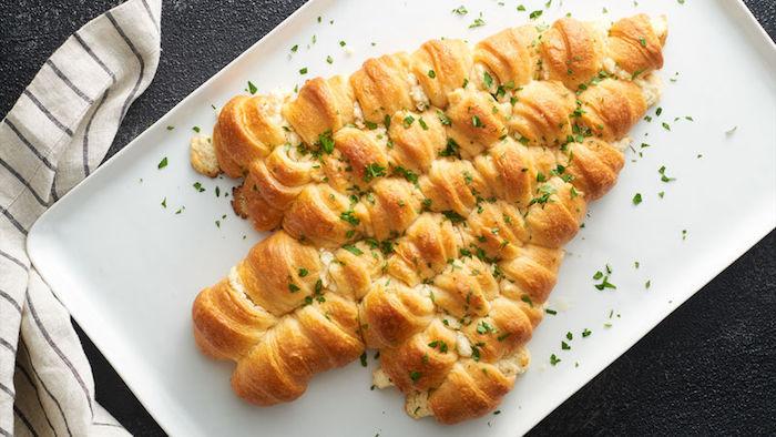 Fingerfood für Weihnachten, Weihnachtsbaum aus Mini Croissants mit Käse, kleine Häppchen für Party Gäste