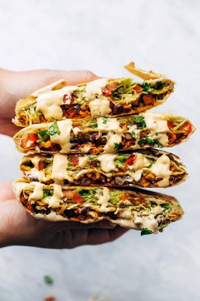 partyrezepte zum vorbereiten, tortillas mit hackfleisch, gemüse und cremesoße, picknick essen