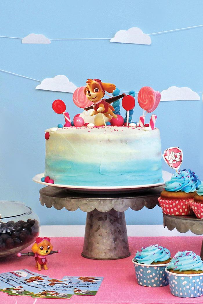 Paw Patrol Torte mit Skye, Ombre Torte mit weißer und hellblauer Creme, verziert mit Lutschern