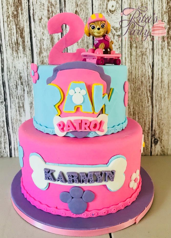 Zweistöckige Kindergeburtstagstorte für Mädchen, Paw Patrol Torte mit Skye, Fondant Torte mit Pfoten und Knochen