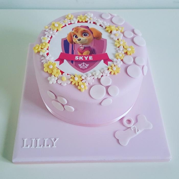 Paw Patrol Fondant Torte mit Skye für Mädchen, mit Pfoten und kleinen Blüten, ausgefallener Kuchen für Kindergeburtstag