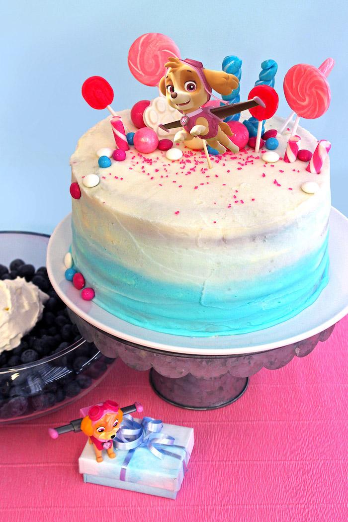 Ombre Torte mit weißer und hellblauer Creme, Paw Patrol Torte mit Skye, dekoriert mit Lutschern