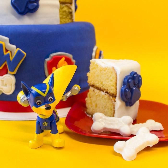 Paw Patrol Torte für Kinder, Fondanttorte mit blauen Pfoten und weißen Knochen