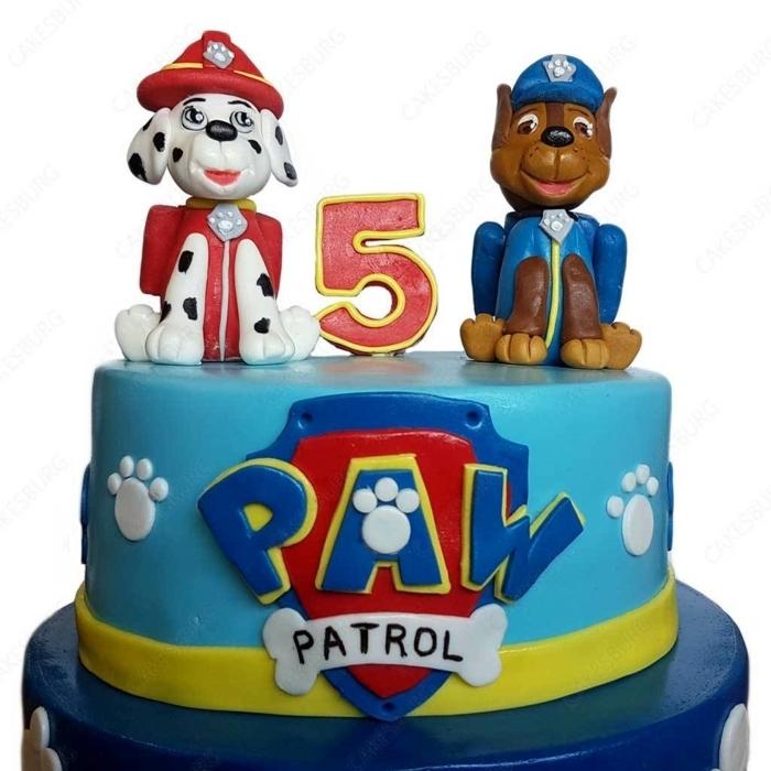 Paw Patrol Torte mit Chase und Marshall zum fünften Geburtstag, blaue Fondant Torte, weiße Pfoten