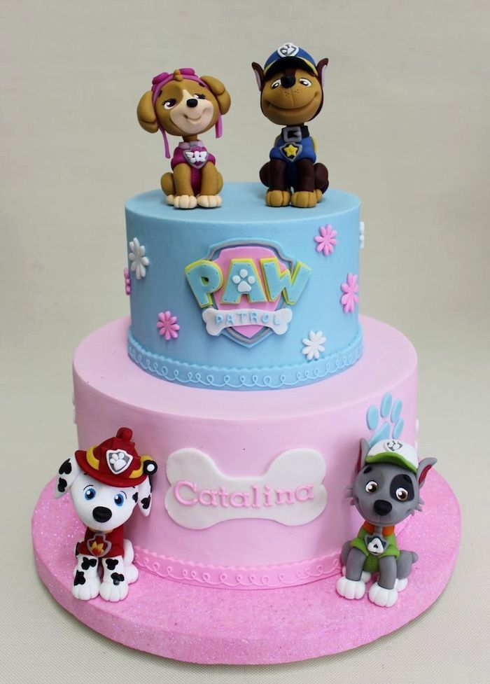 Kindergeburtstagstorte mit Paw Patrol Tortenfiguren, zweistöckige Fondant Torte blau und rosa
