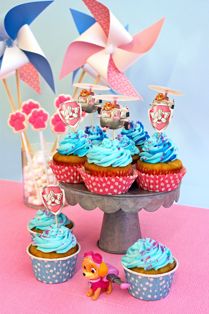 Paw Patrol Cupcakes mit Zuma, dekoriert mit blauer Creme, Paw Patrol Party Ideen für Kindergeburtstag