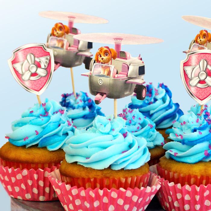 Leckere Paw Patrol Cupcakes mit Zuma, mit blauer Creme dekoriert, Paw Patrol Party Ideen