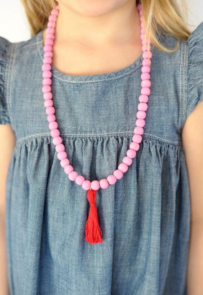 perlenkette selber machen, lange halskette mit rosa perlen und roter troddel als aufhänger