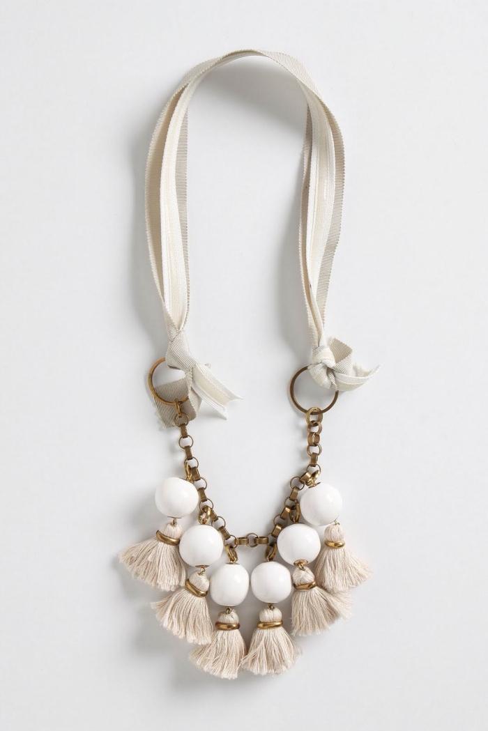 schmuck diy, geschenk zum muttertag, weiße perlen und troddeln, perlenkette selber machen