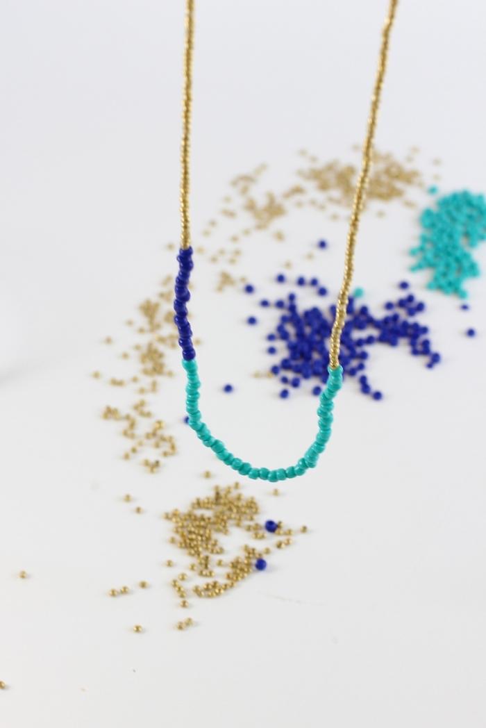 perlenketten selber machen, goldene und blaue mini perlen, schritt für schritt tutorial