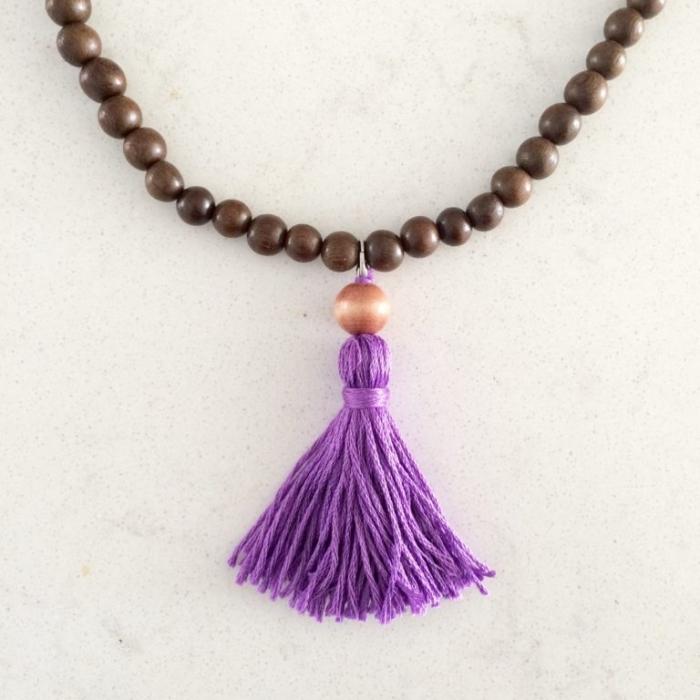 perlenketten selber amchen, kette aus braunen holzperlen, lila troddel als aufhänger